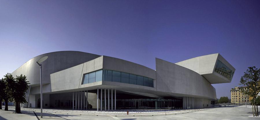 """il MAXXI - Museo di arte contemporanea di Roma. Splendido esempio di progettazione dell'architetto Zaha Hadid, vincitore nel 2010 del premio """"World building of the year"""". Sono in calcestruzzo le pareti che caratterizzano la forma e la struttura, come pure le superfici orizzontali, le lame di copertura, interamente rivestite in cemento fibrorinforzato, e gran parte delle finiture (superfici a vista, pavimenti, arredi)."""
