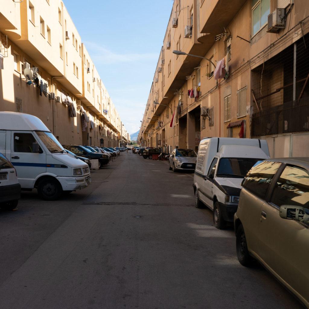 la lunga prospettiva di una delle strade dello Zen (c) Emanuele Piccardo