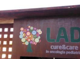 Il logo di LAD sul cancello di accesso