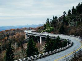 ponte tra le montagne