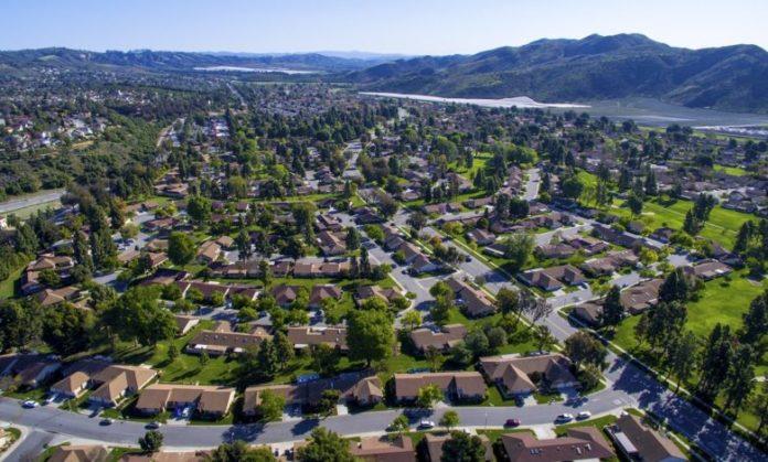 Vista dall'alto di ampi spazi verdi in città, in un'ottica di riforestazione urbana