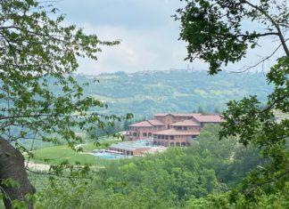 Vista di Casa di Langa immersa tra le colline piemontesi