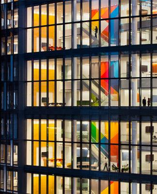 Un edificio illuminato, esempio di healthy building