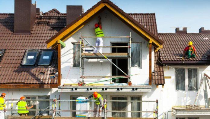 Operai usano i bonus edilizi per ristrutturare una facciata