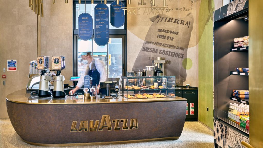 Il bancone del flagship store di Lavazza a Londra